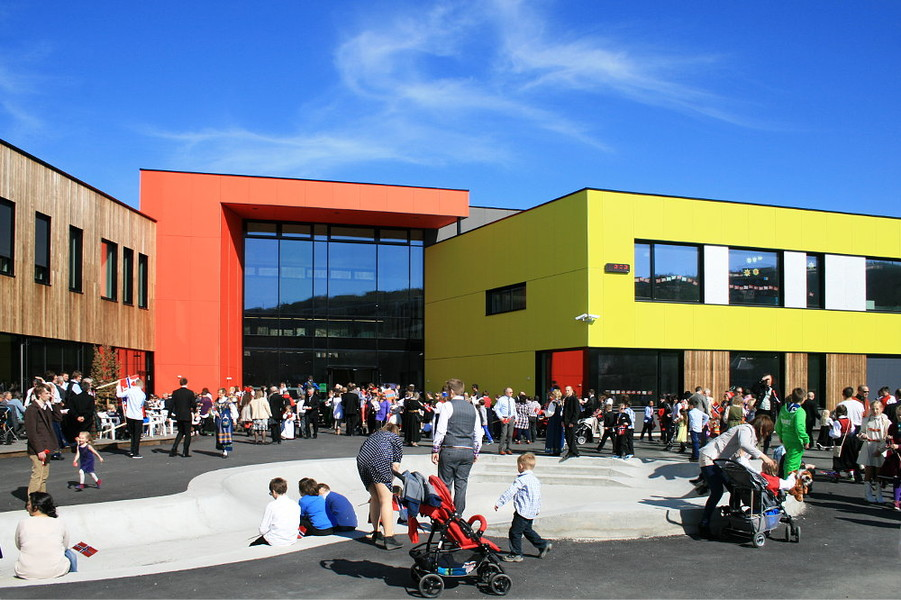 Kirkenes basic school at national holiday